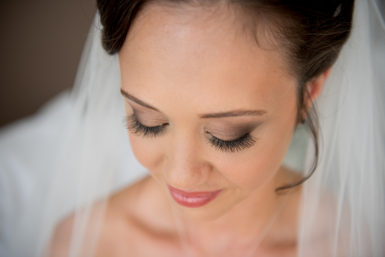 close_up_of_brides_eyelashes_and_makeup