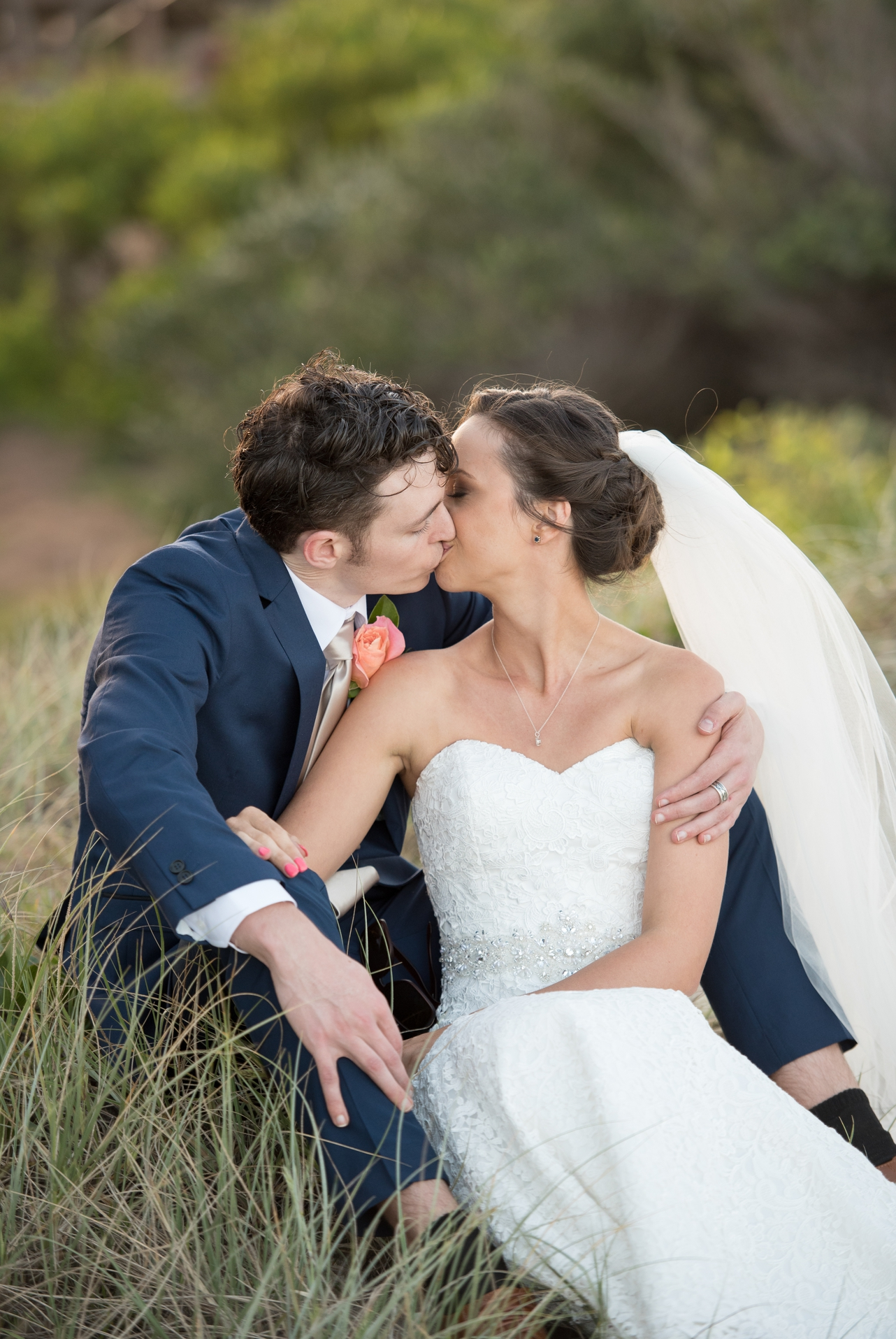 Bride_and_groom_having_a_kiss_sitting_down