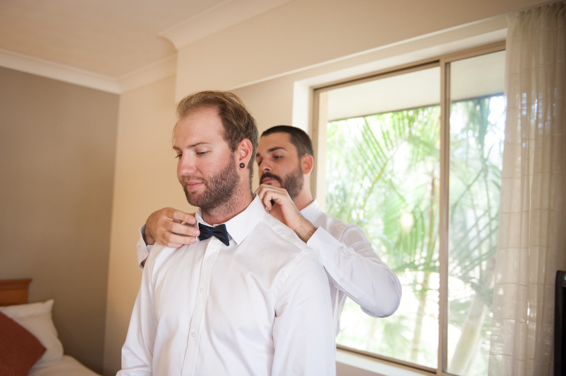 groomsmen-helping-the-groom-with-his-bowtie